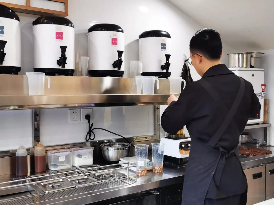 店铺小哥制作咖啡