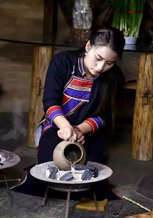 佤族擂茶倒茶